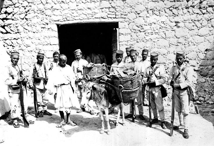 Miliares españoles junto a un rifeño arrestado tras haberle sido encontradas armas y municiones, en agosto de 1912