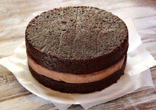A Receita de Pão de Ló Amanteigado de Chocolate, da Chef Bia Melo, é maravilhosa e fácil de fazer. Ela combina com diversos tipos de recheios e coberturas