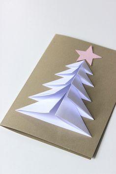 Erstes Papierfalten mit unseren Kleinsten. Diesmal ein Tannenbaum. Schöne Weihnachtskartenidee. #feinmotorik #handwerklichesgeschick #handgeschick