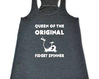 Reina de la camisa Original de Spinner Fidget.  Tapa del tanque de vuelta divertida para las mujeres.  Camiseta de entrenamiento y ropa de ciclismo.