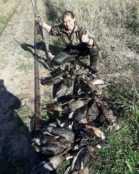 """""""Algunas #mujeres optan por seguir a los hombres, otras optamos por seguir a nuestra presa..."""". Foto de Gabriela Niella. #mujerfuerte #Mujerescazadoras #huntwomen #Hunterwoman #caza #cazadoras #cazadores #hunter #hunt http://misstagram.com/ipost/1568890364374786897/?code=BXF0XlcF6NR"""
