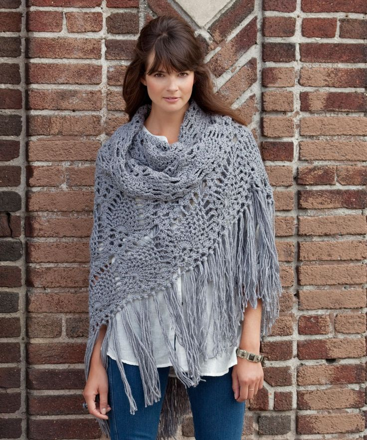 Con un toque de modernidad, este clásico diseño de piñas tejidas en crochet convierte a esta hermosa chalina en un accesorio ideal para un guardarropa casual.