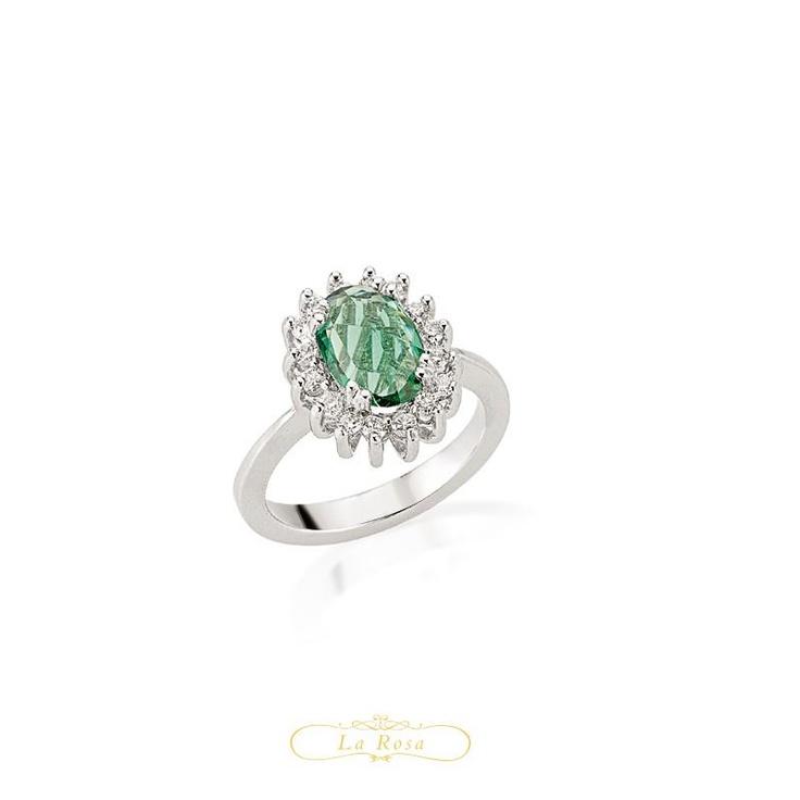 Un spectaculos inel cu diamante si smarald este modelul LRY269. Inedita la acest inel opulent nu este numai combinatia de culori, ci si modalitatea in care este realizata montura pietrelor. Pretul inelului LRT269 din aur alb de 18K este 3067 lei.  http://www.bijuteriilarosa.ro/bijuterii-cu-diamant/inele/inel-cu-diamant-lry269