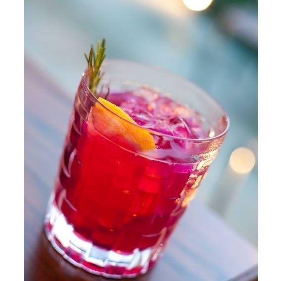 A saideira da semana fica por conta do drinque morena rosa (gim, creme de pitaya, licor de framboesa, licor de limão e suco de tangerina, R$ 32), que é uma das novidades do restaurante Casa Santo Antonio (@casasantoantonio) (SP), que acaba de inaugurar um deck no qual será possível tomar uns drinques na companhia de aperitivos (divulgação) #drinks #cocktails #gin #gim #pitaya #suareceitanamenu