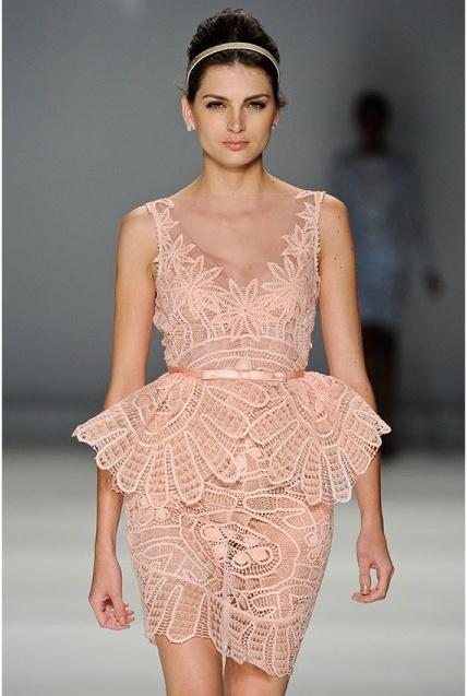 Vestido nude Martha Medeiros com renda renascença. Idéia incrível para noivas modernas.