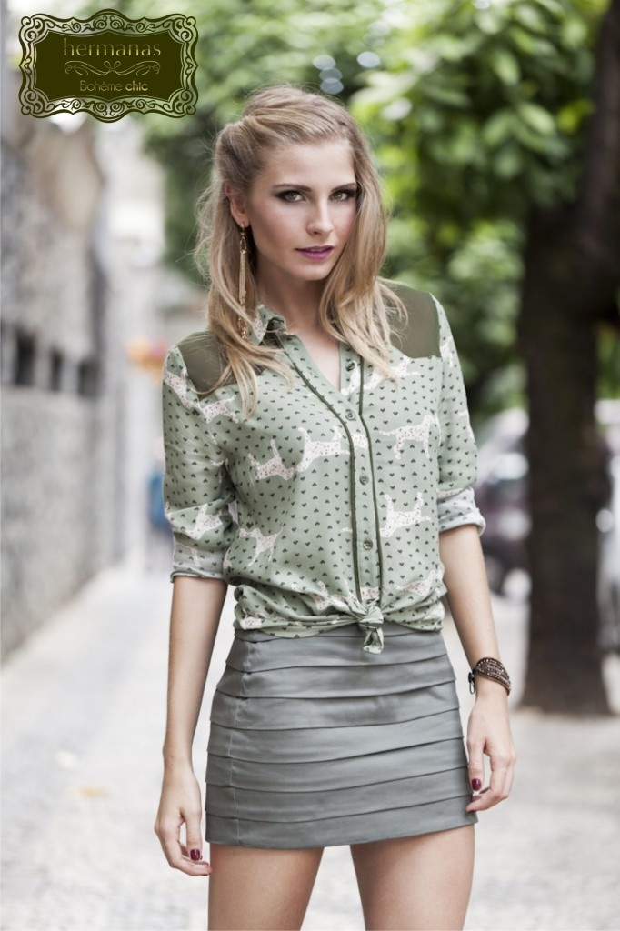 Estamos apaixonadas com essa camisa estampada estilo militar e a saia de pregas que é linda!