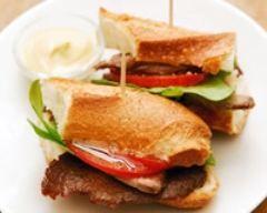 Sandwich au rôti de boeuf, tomate, et roquette