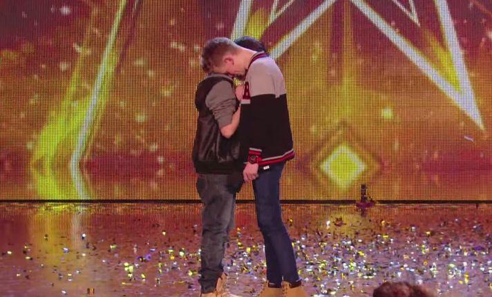 Cuando estos 2 niños subieron al escenario nadie imaginaba el poderoso mensaje que entregarían