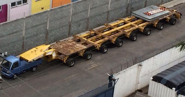 A foto foi tirada por um internauta em frente a uma transportadora. O veículo azul estacionou próximo à carreta e deixou a impressão de que estava puxando o engate