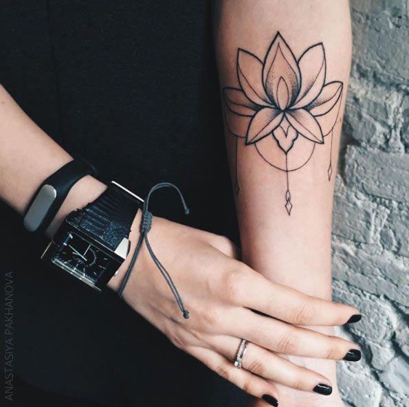 Значение тату лотос на руке у девушки