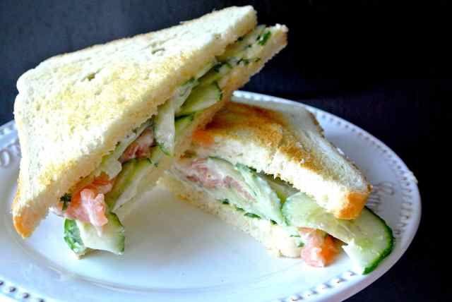 En terug is de zomer, echt heerlijk. Buiten lunchen, hoe lekker is dat na een regenachtige maand augustus. We gaan gewoon genieten van september. Deze Sandwich is lekker fris en past echt bij zo'n dag als vandaag.. De kruidenmayonaise is top en in combinatie met de zalm en komkommer een feestje. Op