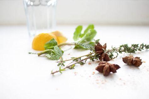 Zelf kruidenthee maken is lekker en gezond. Verse kruiden en specerijen zijn goed voor allerlei kwaaltjes als verkoudheid, maar ook om lekker te ontspannen.