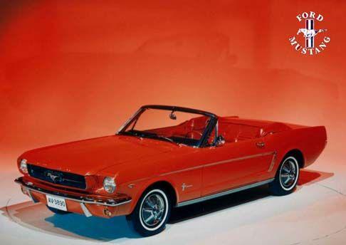 12441 - FORD - MUSTANG 1964 - Conversível vermelho - placa AV-3890 - 41x29 cm.