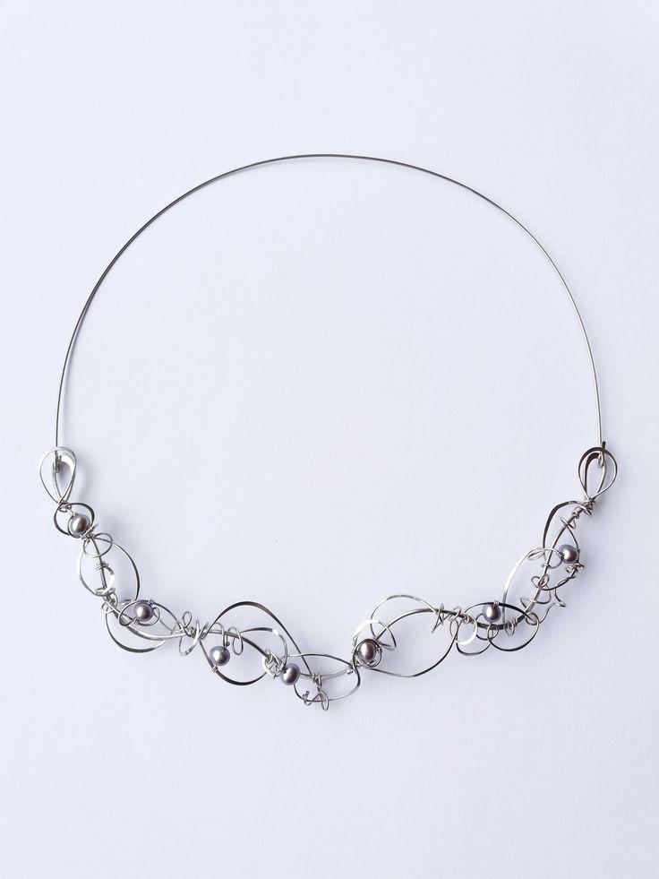 """Náhrdelník+HRD34+""""Poezie+fialkových+perel""""+Autorský+šperk.+Originál,+který+existuje+pouze+vjednom+jediném+exempláři.Vyniká+svou+lehkostí,+kouzelným+prostorovým+tvarem+a+elegancí+čistých+linií.+Nevšední+řešení+s+perlami+poutá+pozornost,+ale+není+okázalé,+díky+čemuž+se+tento+šperk+hodí+ke+každé+i+každodenní+příležitosti.+Různorodý+prostorový+tvar+snese+i..."""