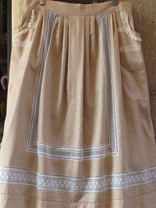 Delantales tradicionales realizados con telas de lino, combinando puntillas de…