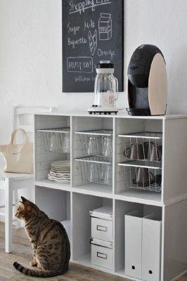 横置きがオシャレ! カラーボックスでかんたんカフェ風収納 カラーボックスを横置きにしたら、バスケットを引っかける為のレールボードを取り付け、バスケットを引っかけるように通すとキッチンでもオシャレに使えるカラーボックスのカフェ風収納に。