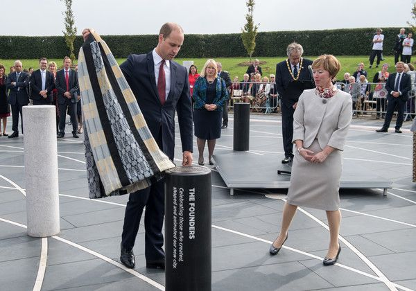 Prince William Photos - Prince William (L), The Duke of Cambridge unveils a pillar dedicated to the founders of the city in the Milton Keynes Rose in Milton Keynes to celebrate the 50th anniversary of the town on September 26, 2017 in Milton Keynes, England. - The Duke of Cambridge Visits Milton Keynes on the 50th Anniversary of the City