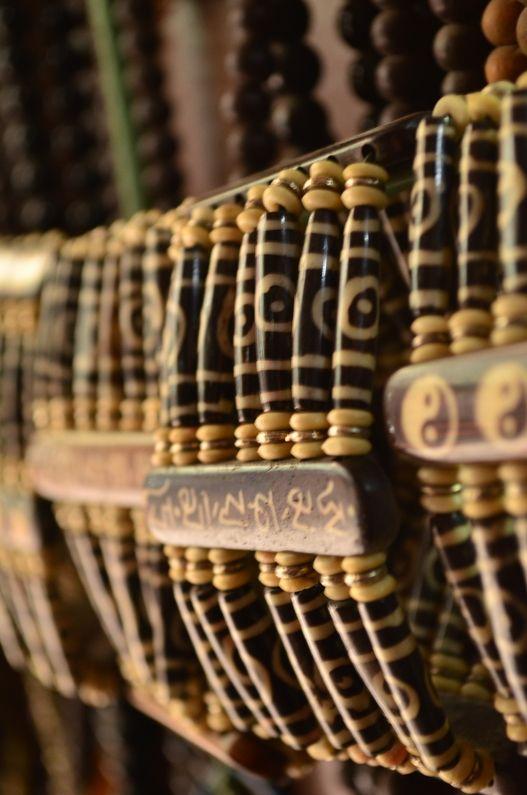 Скоро в Непал, мы много рассказываем про обычаи его и горы. Но это не всё с чем он ассоциируется. Ещё одной важной его чертой есть огромное количество поделок и украшений ручной работы из натуральных материалов. Всевозможное дерево, разные камни, семена лотоса, орехи рудракши, перья, ткани и многое-многое другое. Из этого делают бусы, чётки, браслеты, кулоны, кольца, подставки, украшения, мобили, вазы, подсвечники, тарелки, брелки и ещё сотню разнообразный мелочей. Представляете какая…