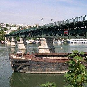 Passerelle de l'Avre est une passerelle pour piétons, pont-aqueduc et pont en poutre en treillis avec tablier supérieur qui a été achevé(e) en 1891. Le projet est situé à/en Paris (16ème) et Saint-Cloud, Hauts-de-Seine (92), Île-de-France, France, Europe.