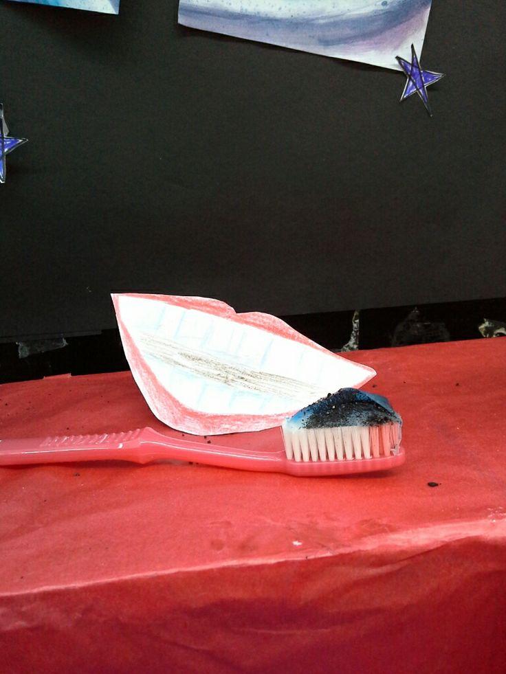 Bersama pasta gigi membersihkan gigi lebih kuat