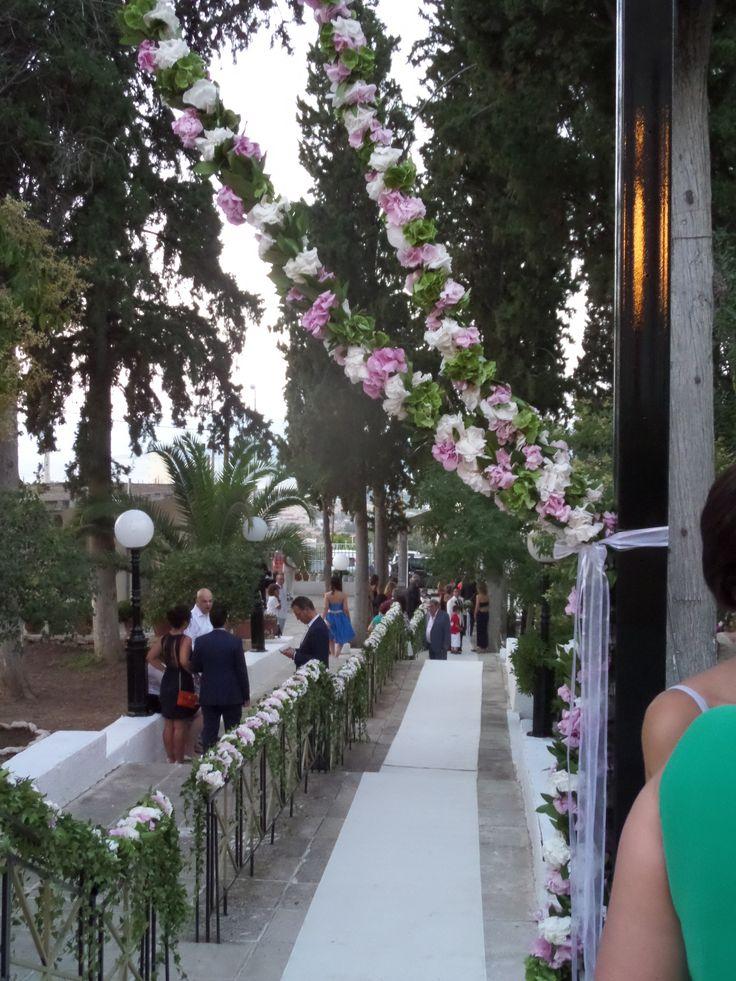 εισοδος εκκλησιας με γιρλαντες απο ορτανσιες ,τριανταφυλλα avalanche,πεονιες.