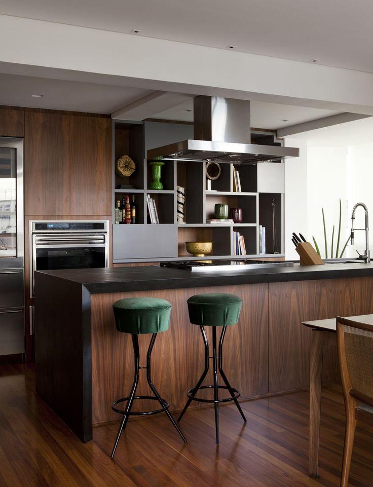 dark wood + vintage stools #decor #cozinhas #kitchens