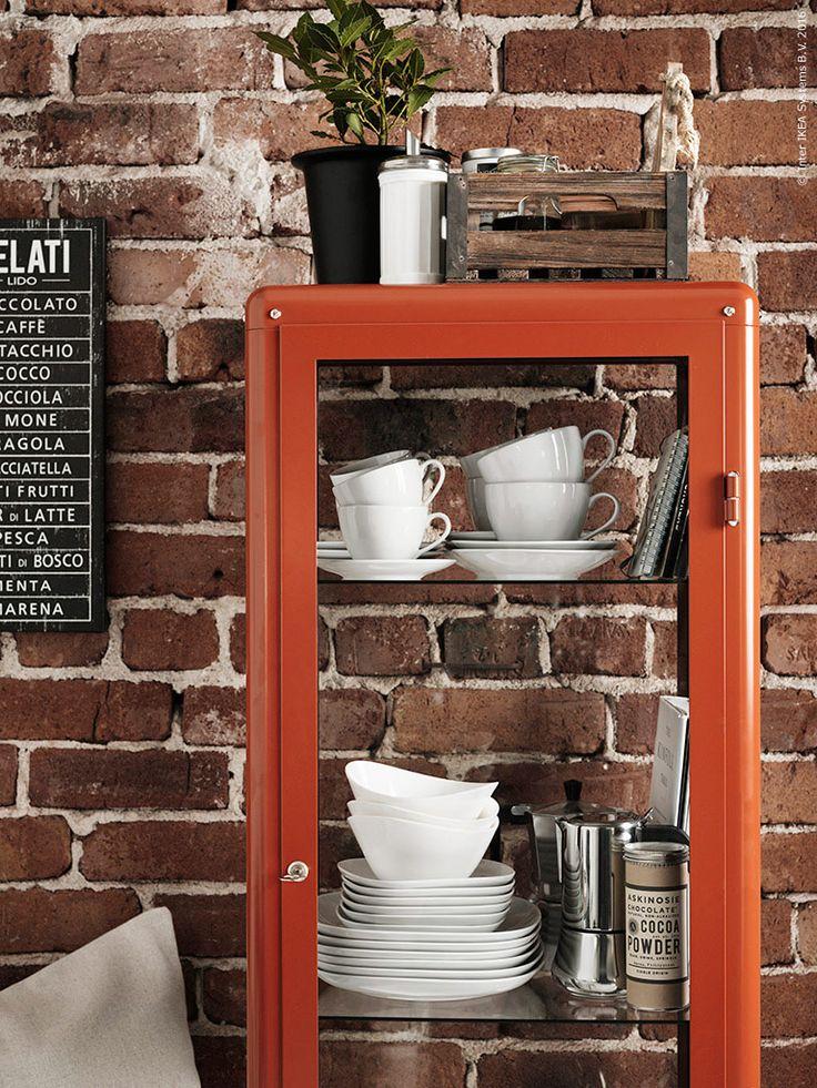 I FABRIKÖR vitrinskåp förvaras vardagsservisen med stil. VÄRDERA kaffekopp med fat, VÄRDERA tekopp med fat, SKYN skålar, VÄRDERA tallrik, VÄRDERA assiett och RÅDIG espressokanna.