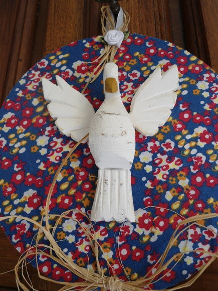 Mandala de Divino Espírito Santo trabalhada em tecido de algodão , flor de tecido e palha.    Pomba da Paz , em madeira.  Base em compacto (vinil)    Peça única, feita exclusivamente para você.    Diâmetro: 17,50 cm    Não jogue no lixo , o que pode ser aproveitado por um artesão.    Faça a sua parte. Coopere com o Planeta! R$ 48,00
