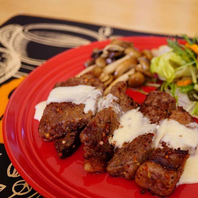 #今日の朝ごはん 。  黒毛和牛のペッパーステーキ。 きのこのマリネ。 プチサラダ。  給料日!と思って買ってしまったお肉。 今日は朝ゆっくりできたから、つい贅沢を…。 ノースファームストックの山わさびソースと合う♪ 美味しかった😋✨ #朝ごはん #肉 #肉食 #牛肉 #ステーキ #マリネ #和牛  #instagram #instafood  #sonya6000 #α6000 #一眼レフ