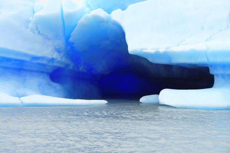 Patagonia - Argentina_Patagonien, Argentinien  In Patagonien warten dutzende Gletscher auf Trekker, und damit auch zahlreiche spektakuläre Eishöhlen. Die Farben der Grotten reichen dabei von Blau bis Grün. Vorteil: Die Höhlen im Süden des Kontinents können ganzjährig besucht werden. Am sichersten sind jedoch die Wintermonate.