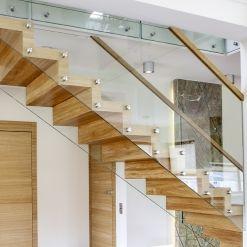 www.trabczynski.com  ST865 Schody dywanowe wykonane z olejowanego dębu. Balustrada z hartowanego szkła z drewnianym pochwytem. Realizacja wykonana w domu prywatnym , projekt – MIKULSKA STUDIO & TRĄBCZYŃSK