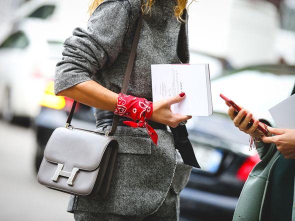 La bandana accessorio moda donna?Da Viviana Volpicella a Chiara Ferragni non c'è appassionata di moda che non la indossi. Scopri come abbinarla al meglio.