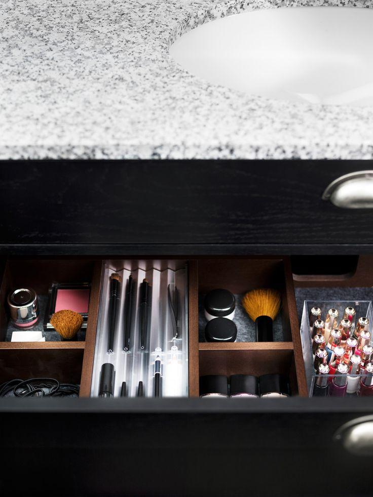Den övre lådan i våra underskåp i serierna Solvik och Viskan (65, 100, 130) har en smart fackindelning med gott om plats för förvaring. Mattorna i botten ser till att dina saker inte glider omkring, och aluminiumfacket för penslar, pennor och andra småprylar är lätt att lyfta ur.  Aspen / Badrum / Solvik / Skandinavisk / Granit / Svart / Smink / Bathroom / Swedish / Scandinavian / Bathroom furniture / Black / Make-up