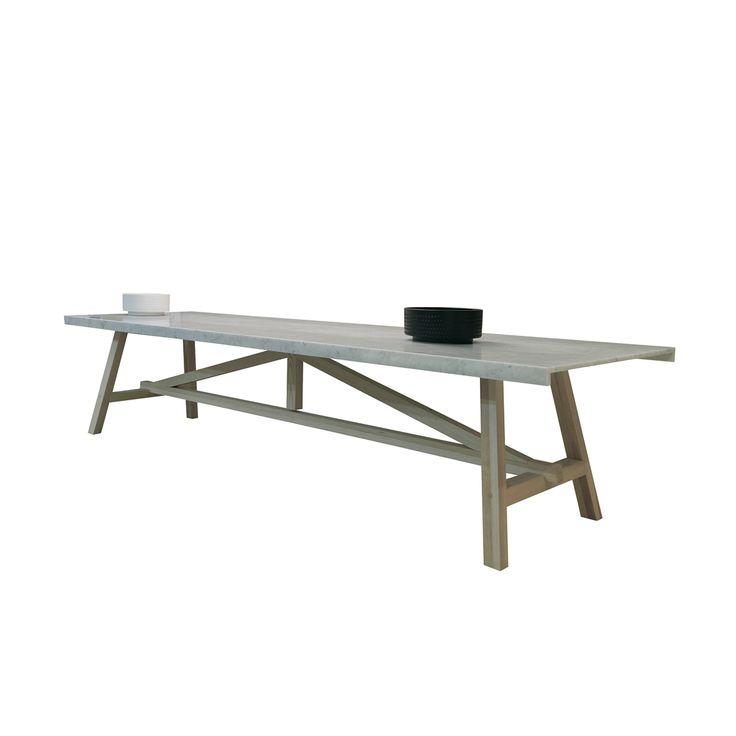 Progettato pensando a chi ai tavoli piace star seduto. quindi a quelle persone che intorno a un tavolo si siedono per mangiare e per condividere storie di vita. Struttura in legno massiccio di frassino tinto. Piano in marmo bianco di Carrara.