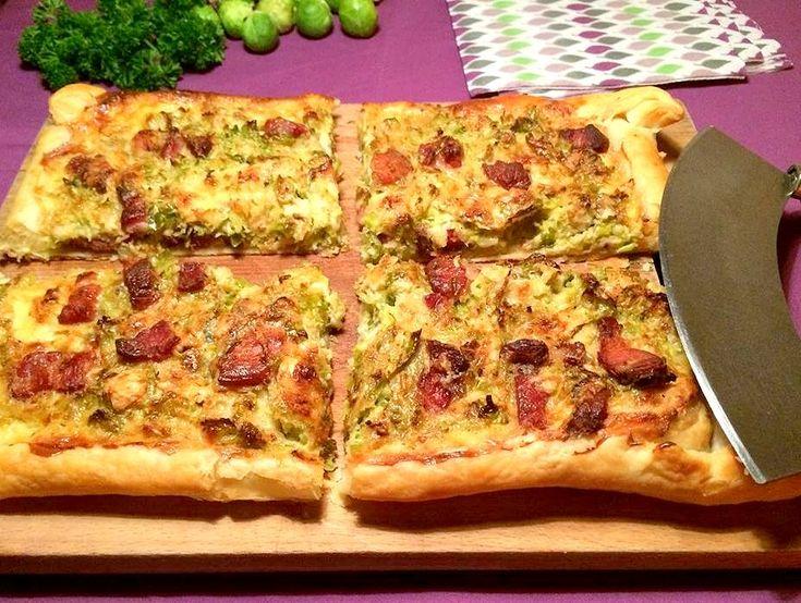 Butterdejstærte med rosenkål, bacon og blåskimmelost