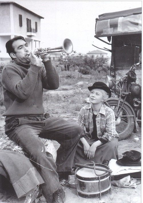 Anthony Quínn and Gíulíétta Masína in Fedéríco Fellíní's 1954 film 'La Strâda'