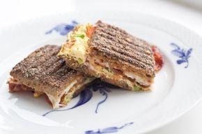 Prøv at lave denne super lækre panini med æg og bacon til morgenmad. Det tager kun 15 minutter, og jeg er sikker på du ikke vil fortryde det. Den er SÅ god!