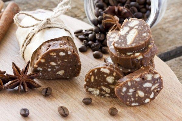 Ingrediente 600 g de biscuiți 3 linguri de cacao 8 linguri de lapte 200 g de unt 4 linguri de