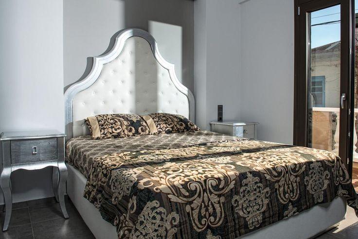 Κομοδίνα και κρεβάτι επενδεδυμένα με φύλλα ασημιού. Το κεφαλάρι είναι ντυτό καπιτονέ.