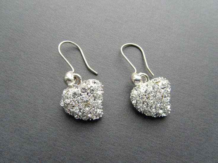 Sterling zilveren oorbellen met strass hartjes.