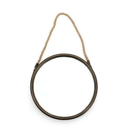 Stoere spiegel van metaal met een doorsnede van 28cm . Deze spiegel is voorzien van een touw waaraan je hem kunt ophangen.  Afmeting: D28 cm H48 (met touw) Leverbaar vanaf midden februari