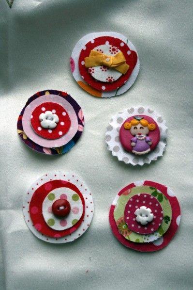 ,des petits ronds disposés les uns sur les autres et un petit bouton en fimo ou un ruban pour agrémenter le tout