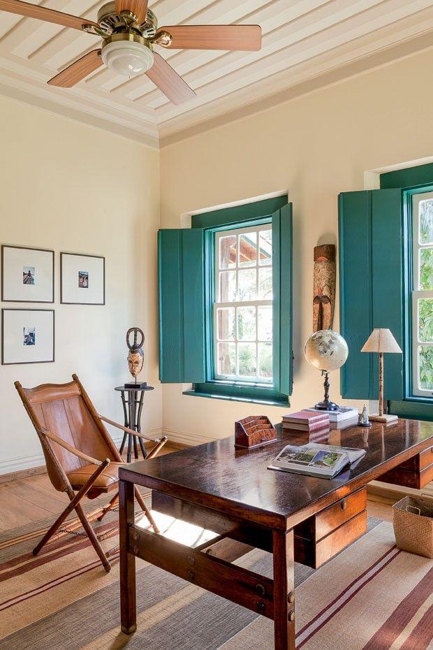 O escritório tem mesa de Sergio Rodrigues, poltrona com assento de couro da L'oeil e tapete da By Kamy. Fotografia: Filippo Bamberghi.                                                                                                                                                      Mais