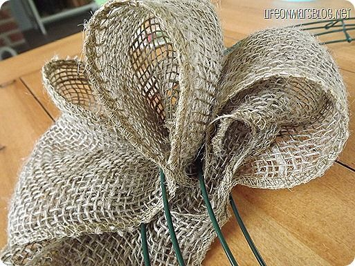 How To Make A Burlap Wreath This Girl Shows You The Steps