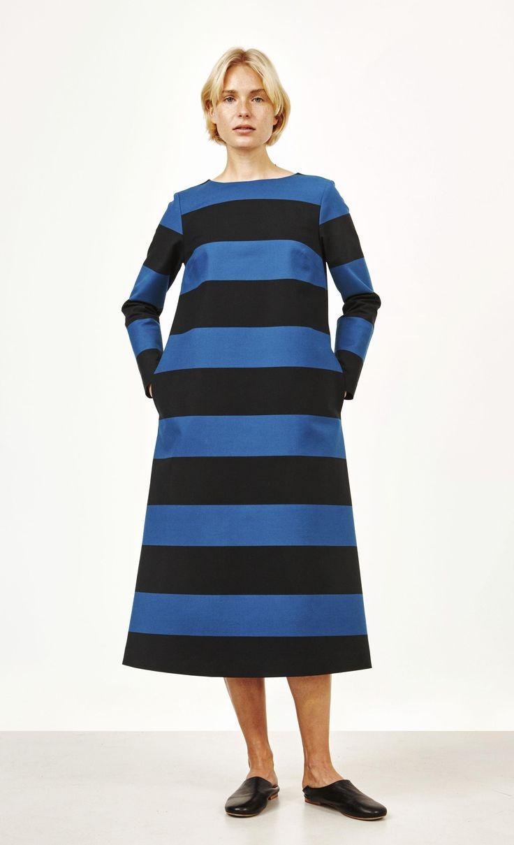 Leveäraitainen A-linjainen mekko on puuvillakangasta. Leikkaus on hieman levenevä, ja helma ulottuu polven alle. Takana on piilovetoketju ja sivuilla halkiotaskut.