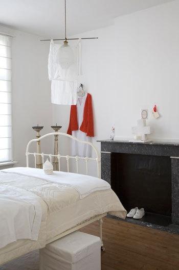 Witte slaapkamer met rood accent