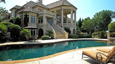 this is a AWESOME house and A HUGE house wished I lived there!!!