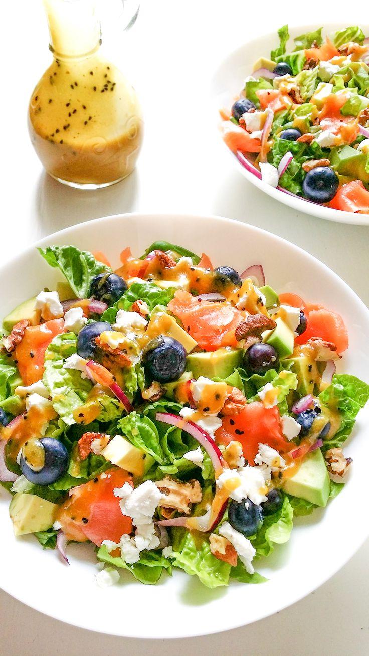 Lekka i aromatyczna sałatka z łososiem, awokado i borówkami to potężny ładunek paliwa dla naszego mózgu. To też idealny posiłek na letnie dni.