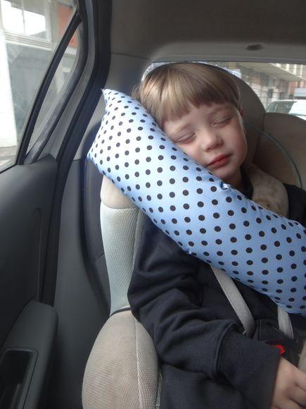 Almofada para apoiar a cabeça da criança quando dorme.  tem um elastico grosso atras, onde fica atras da cadeirinha, ou pelas costas da criança. R$ 35,00