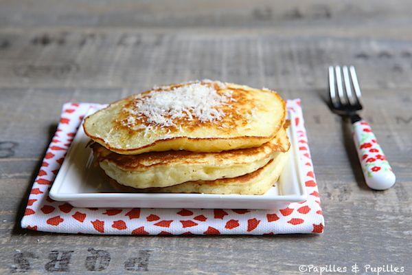 Recette Pancakes coco / Recipe coconut pancakes 170g de farine 30g de cassonade 1 sachet de levure chimique 1 pincée de sel 20g  de noix de coco en poudre 1 oeuf 20 cl de lait de coco 12,5 cl de lait 10 g de beurre